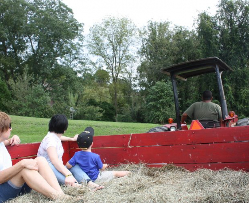 highland_orchards_hayride_small_group